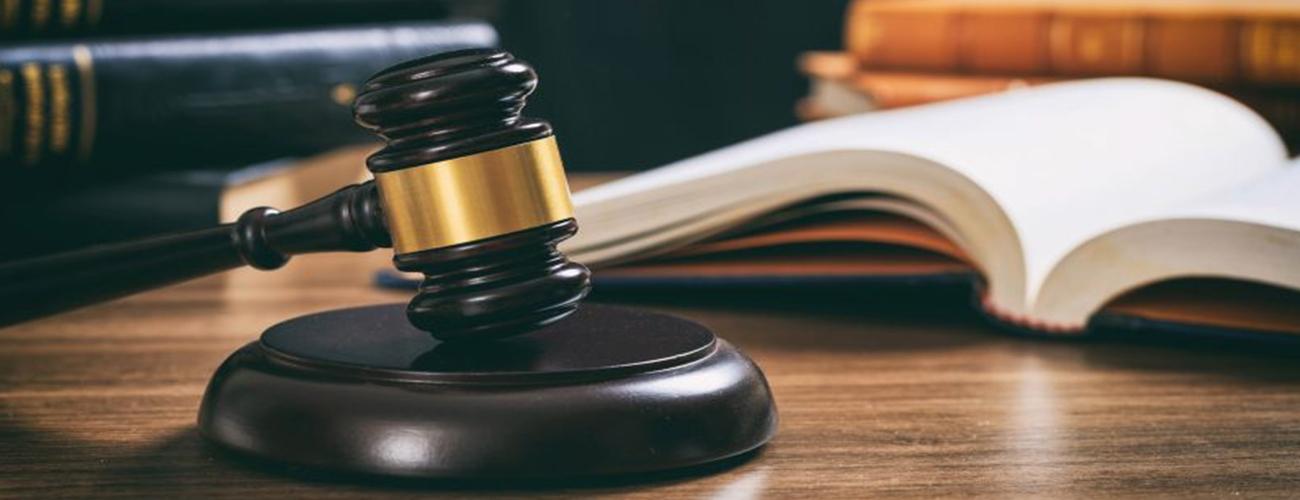რა შემთხვევაში იღებს სასამართლო დაუსწრებელ გადაწყვეტილებას?